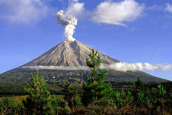 http://lemabang.files.wordpress.com/2012/05/gunung_semeru.jpg