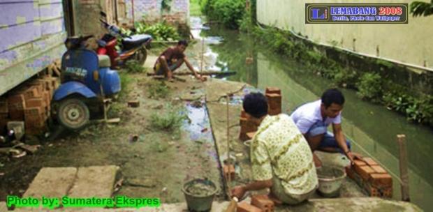 Inisiatif Swadaya Perbaiki Jalan