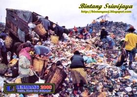 Mengais Rezeki di Tumpukan Sampah