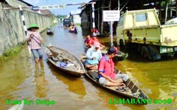 Banjir Rob, Ojek Perahu Jadi Pilihan Transportasi