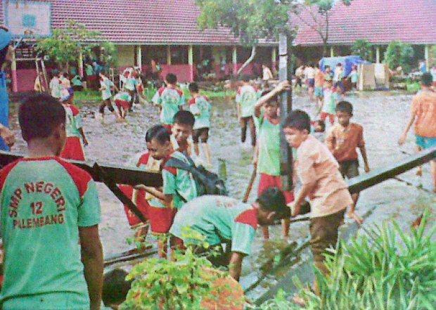 Sekolah Banjir, Siswa Kerja Bakti