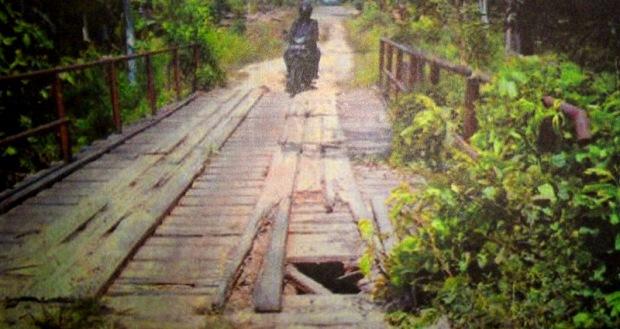 Jembatan Berlubang Bahayakan Pengendara