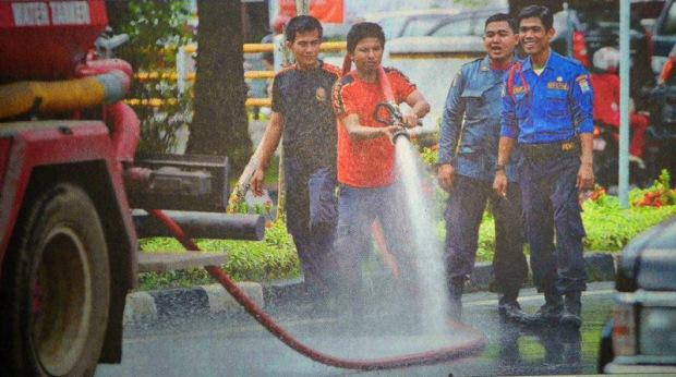 Biar Kinclong, Bersihkan Jalan