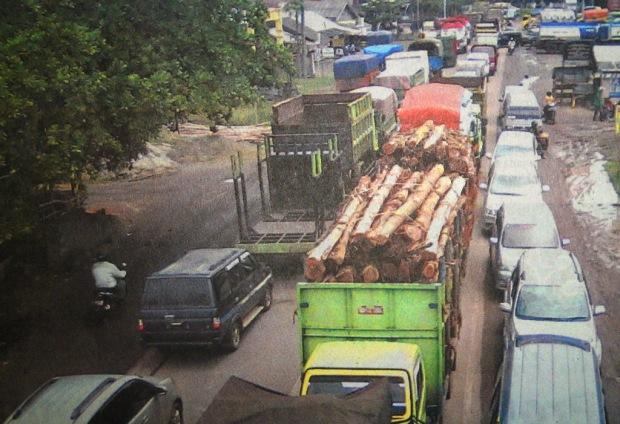 Ruas Jalan Palembang–Inderalaya Lumpuh